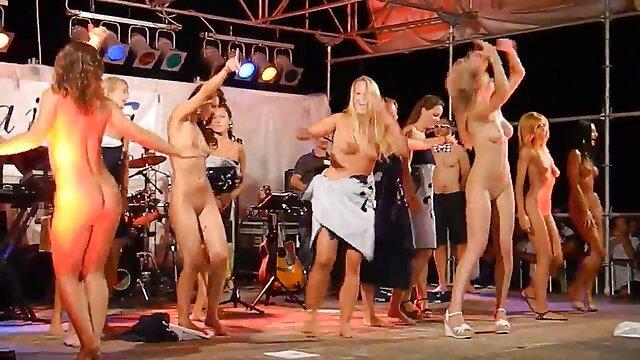 Las suegras cojiendo xxx perras jóvenes se emborracharon en el club, cubrieron strippers musculosos con crema y lamieron sus cuerpos bombeados y pollas gordas.