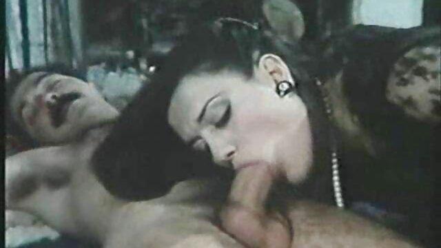 Magnífico sexo anal de un hombre musculoso y follando con su nuera una rubia jugosa en las escaleras