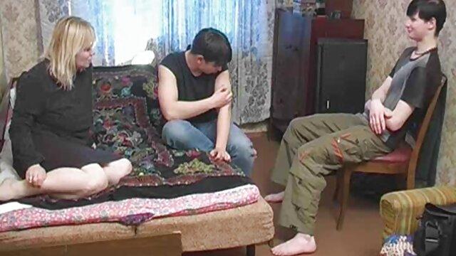 Una jovencita pelirroja se desnuda los pechos suegra tetona y folla con un macho