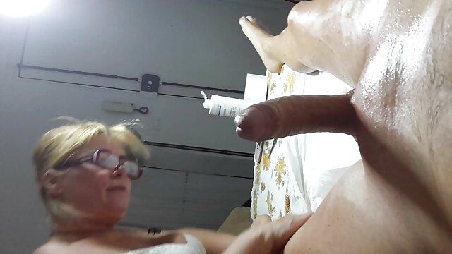 La perra ama el sexo anal y los tratamientos suegras follando con los yernos faciales