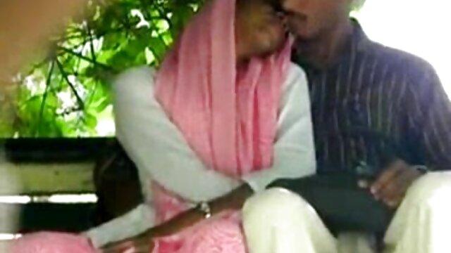 El chico graba un video de su novia coqueteando con él y desnudándose, mostrando sus pechos, luego ella comienza a hacer una cojiendo a mi suegra en el baño mamada y continúa con el sexo de larga duración. Su pene está en sus manos y ella hace lo que quiere con él.