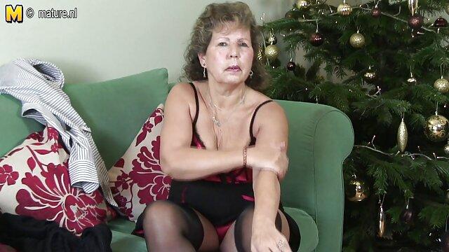 Rubia sexy chupa apasionadamente el pene de un negro y se monta encima follando a mi suegra casero