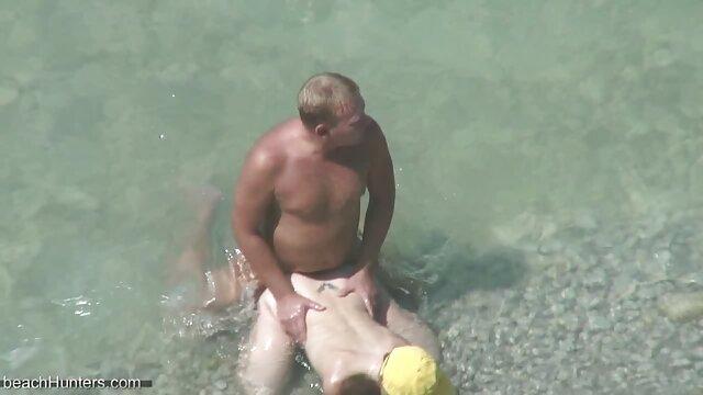 Una puta monta una polla, la suegra y nuera follando segunda en la lengua de un hombre
