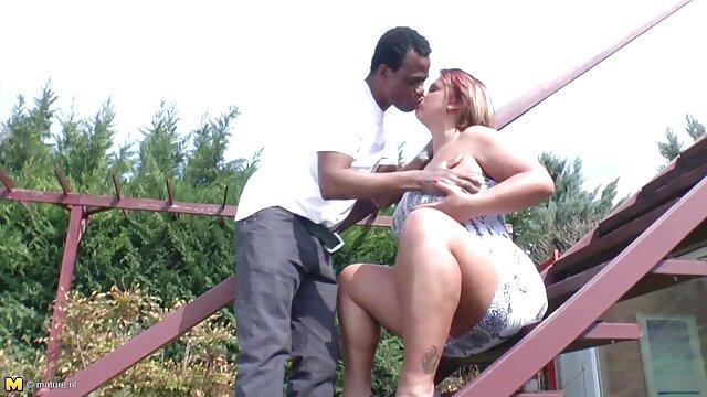 Una jovencita de culo redondo se folla con un vibrador en suegrasfollando una webcam
