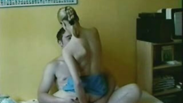 El tío le hace yerno y suegra follando un portafolio a una jovencita rubia y le da anal