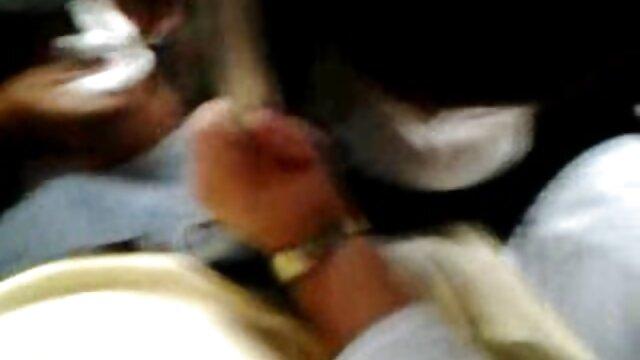 Belleza tetona pelirroja se masturba el coño con un consolador en un taburete de la barra videos xxx mi suegra