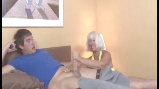 Una madura espía a una joven pareja y se acaricia suegras enculadas