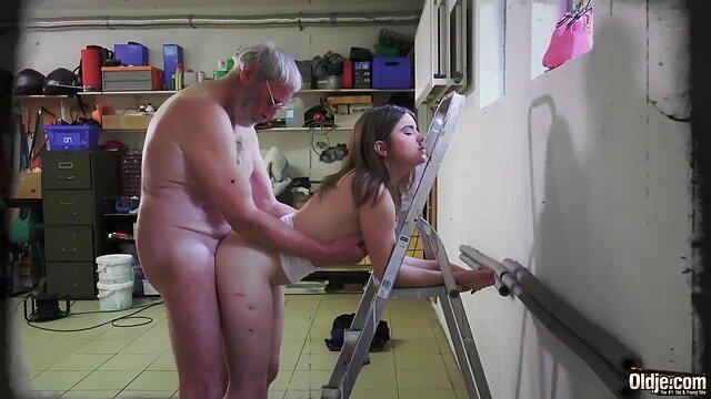 El tio cojiendo la suegra se folla a la limpiadora en anal