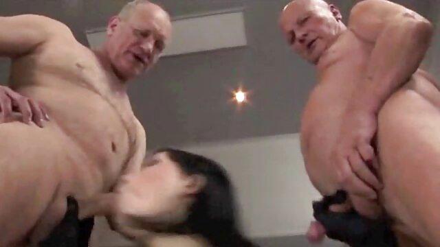 Un hombre calvo tiró de dos novillas tetonas sobre se folla a su novia ya su suegra su polla gorda