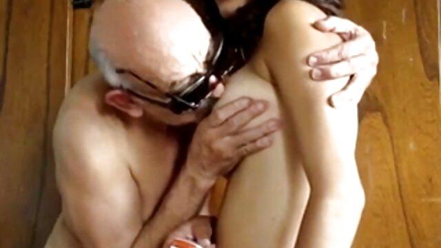 El chico se suegra cojiendo rico folla a la caliente Margot en anal