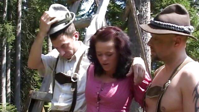 Tres lesbianas tetonas se acarician y follan sus coños follando novia y suegra afeitados
