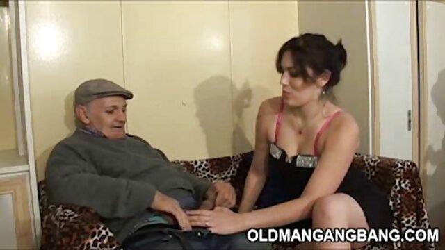 Hermosa transexual en medias abre sus piernas y se masturba una polla cojiendo a mi suegra en el baño