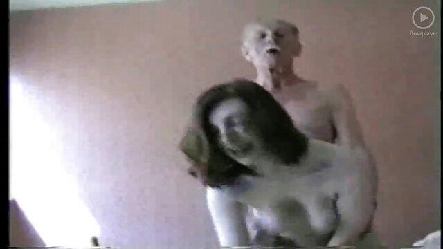 Puta de pelo oscuro chupa follando a tu suegra polla por el agujero
