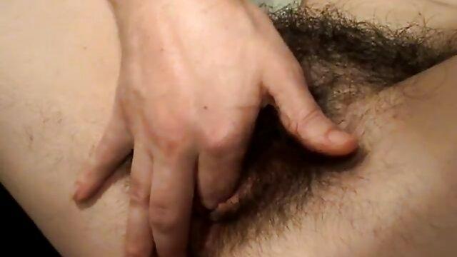 La perra desarrolló un consolador anal y follandosuegras se folló a dos machos