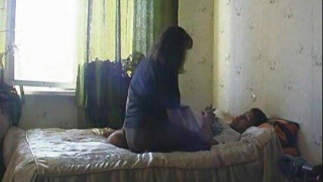 Una escena muy apasionada con una atractiva pelirroja que se videos de suegras cojiendo con yernos consiguió un consolador largo y suave por una noche y, hasta el amanecer, se folló incansablemente su coño depilado con esta gordita.