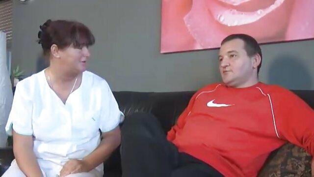 Morena rusa estira un consolador anal apretado antes de tener sexo follando suegras culonas con un chico